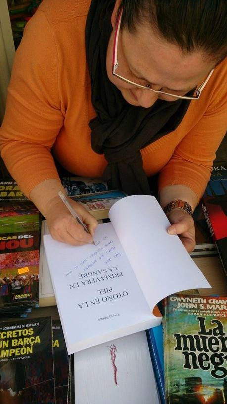 Autora María Teresa Mateo ajetreada firmando su libro