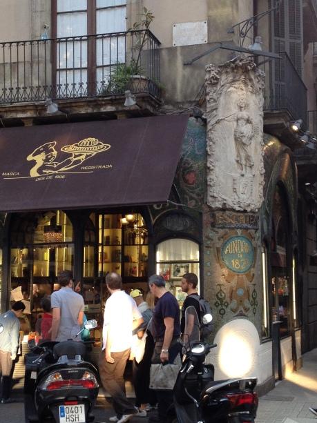 La fachada de Escribà en las Ramblas (sí, siempre está lleno de gente)