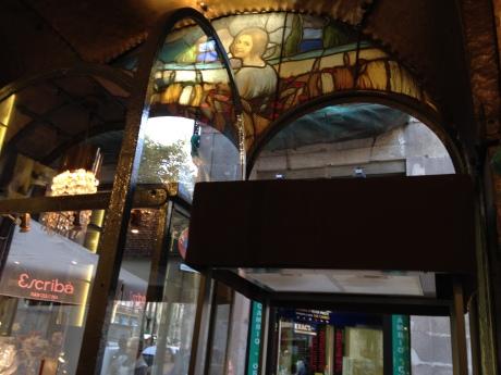Más fotos del interior, con vidrieras y todo