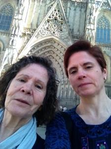 No se me dan bien los selfies y no tengo un palo alargador de esos. Delante de la Catedral de Barcelona