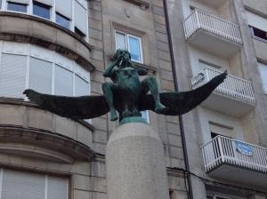 Una escultura con un buho en Ourense, dedicada a los libros y la imaginación. Me encantan los buhos!