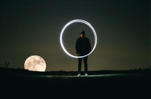 Foto de un hombre con un círculo de luz de Austin Neill en Unsplash